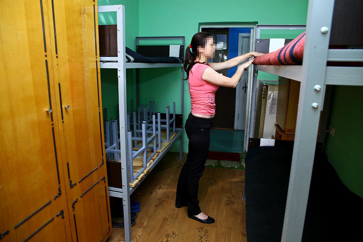 В комнатах двухъярусные кровати, стулья, шкаф, холодильник, тумбочки.