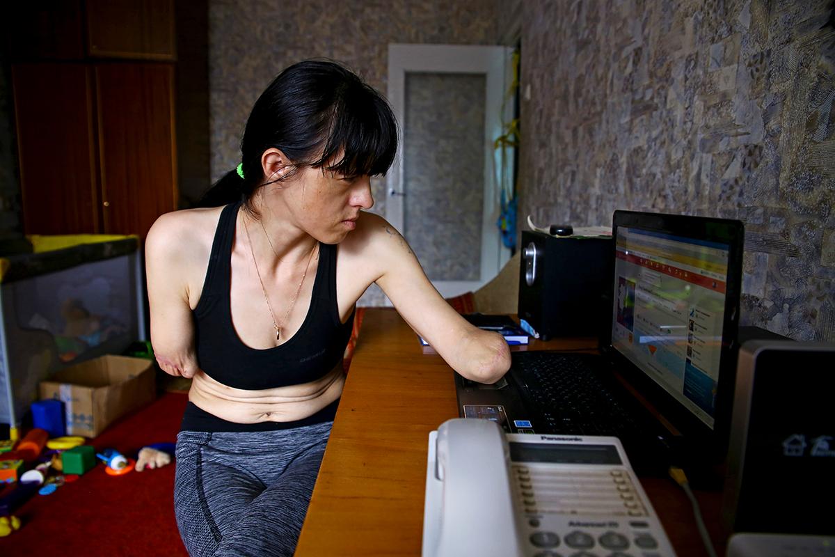 Свободное время Алена любит проводить за компьютером. Этот навык она тоже освоила.