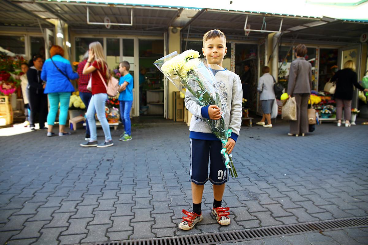 Даниил с букетом хризантем.