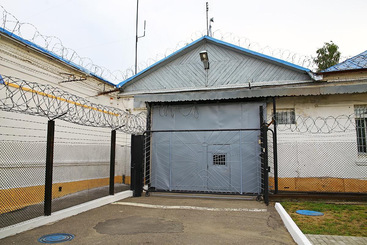 Шлюз, через который въезжают и выезжают автозаки с заключенными.