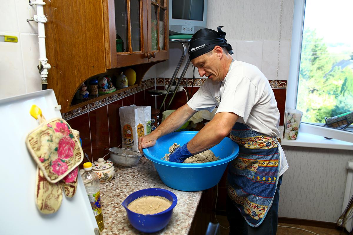 Николай Черноус рассказывает, что месить тесто надо около 40 минут.