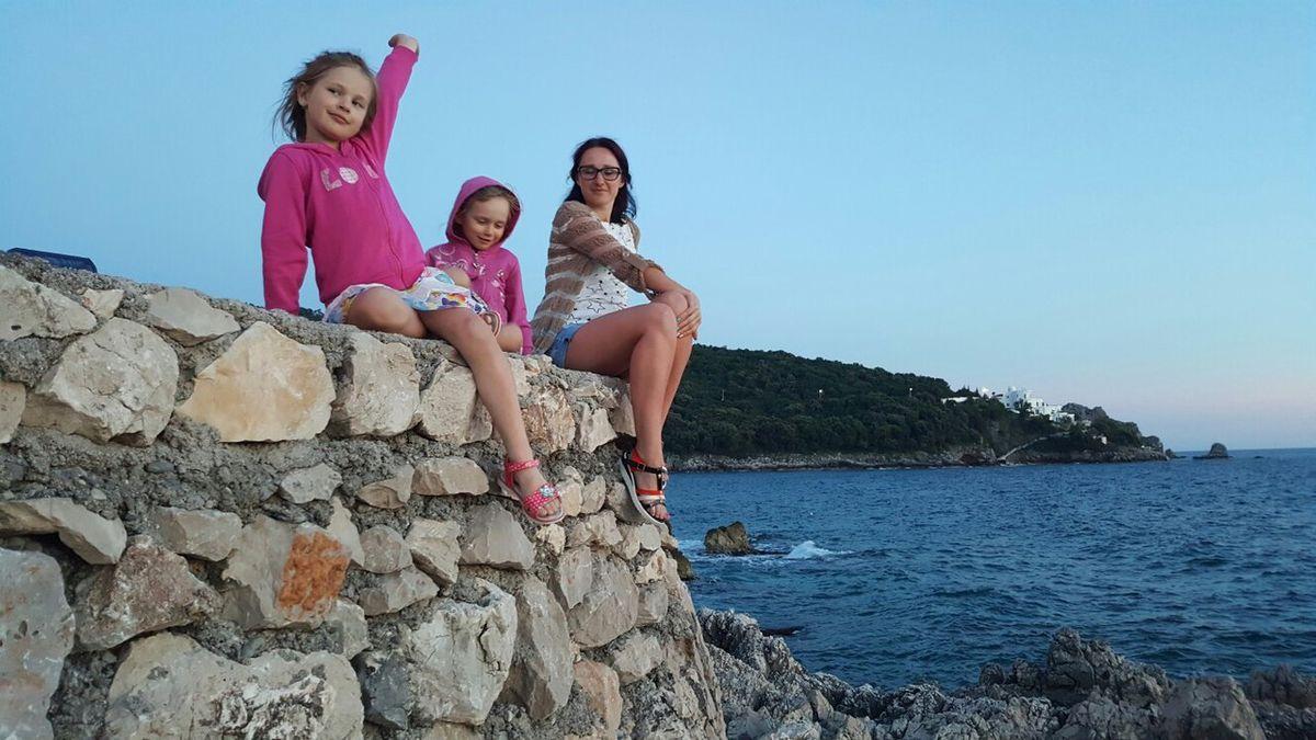 Ирина с дочерьми во время поездки в Черногорию в 2017 году. Фото: архив Ирины ПОТОЦКОЙ