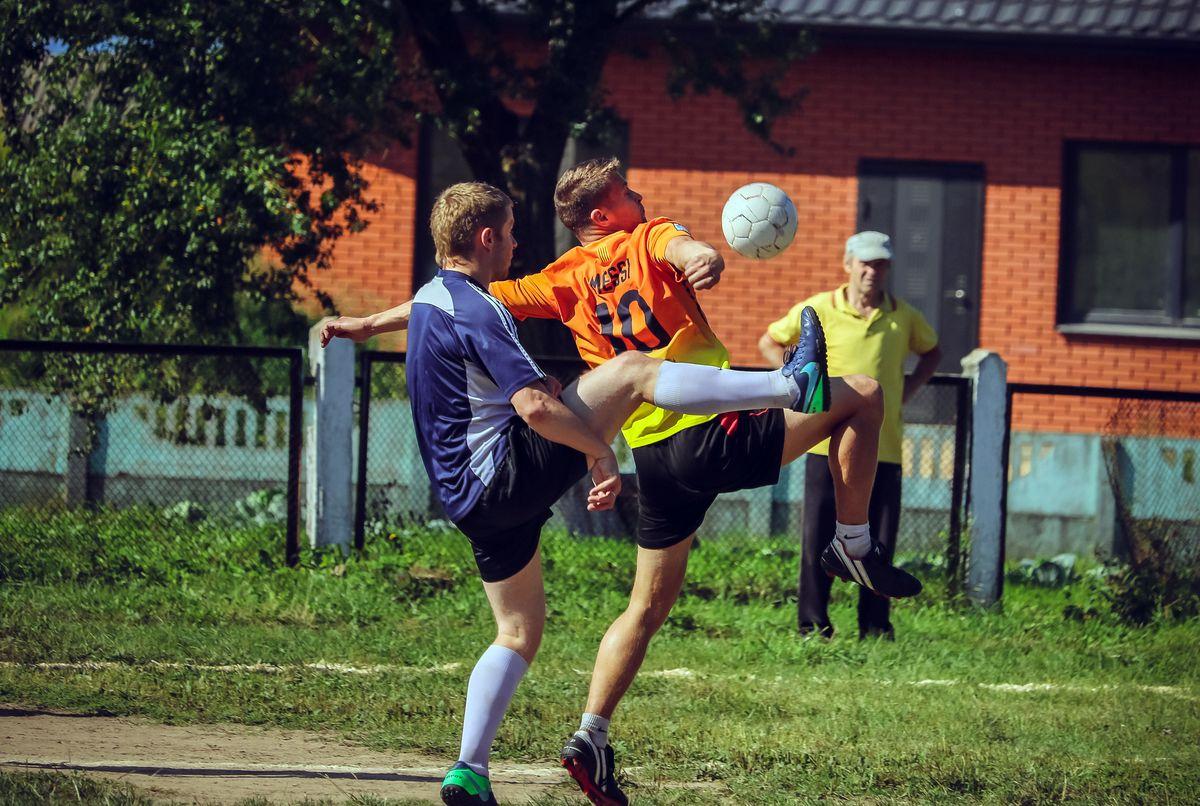 Один футбольный матч длится около 25-30 минут, а весь чемпионат - 4 или 5 часов.