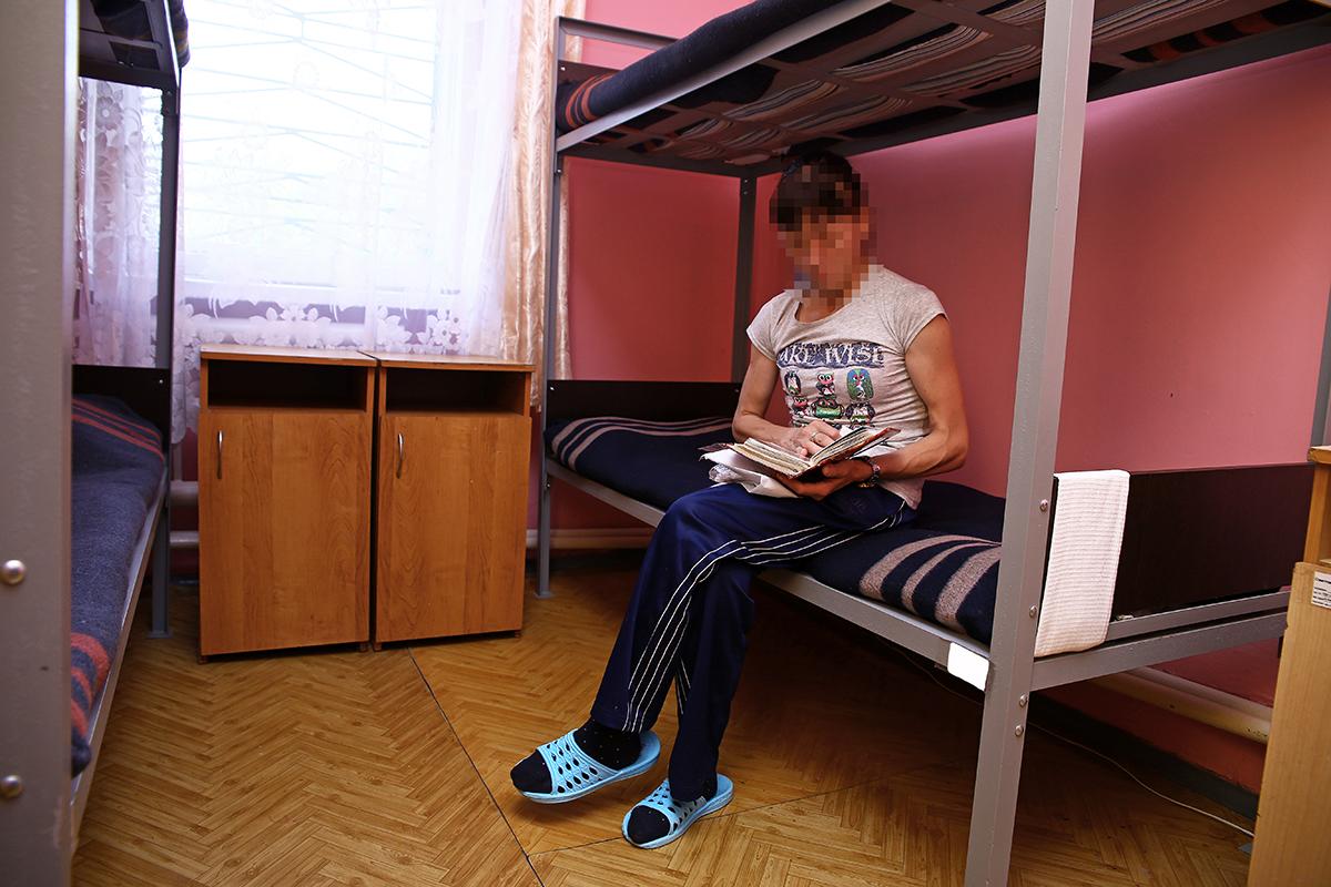 В своей комнате осужденная в свободное время читает книгу. Фото: Евгений ТИХАНОВИЧ