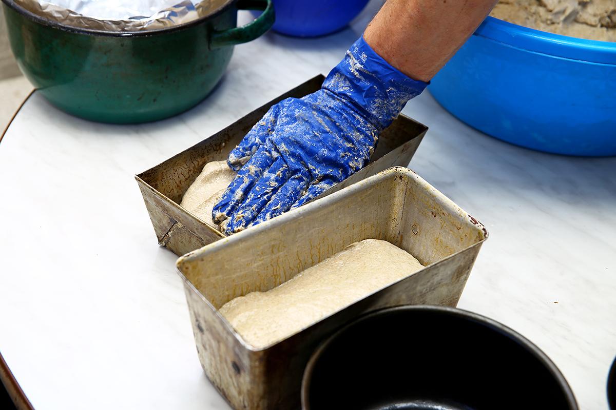 Тесто в формах должно постоять два часа, чтобы полностью созрело.
