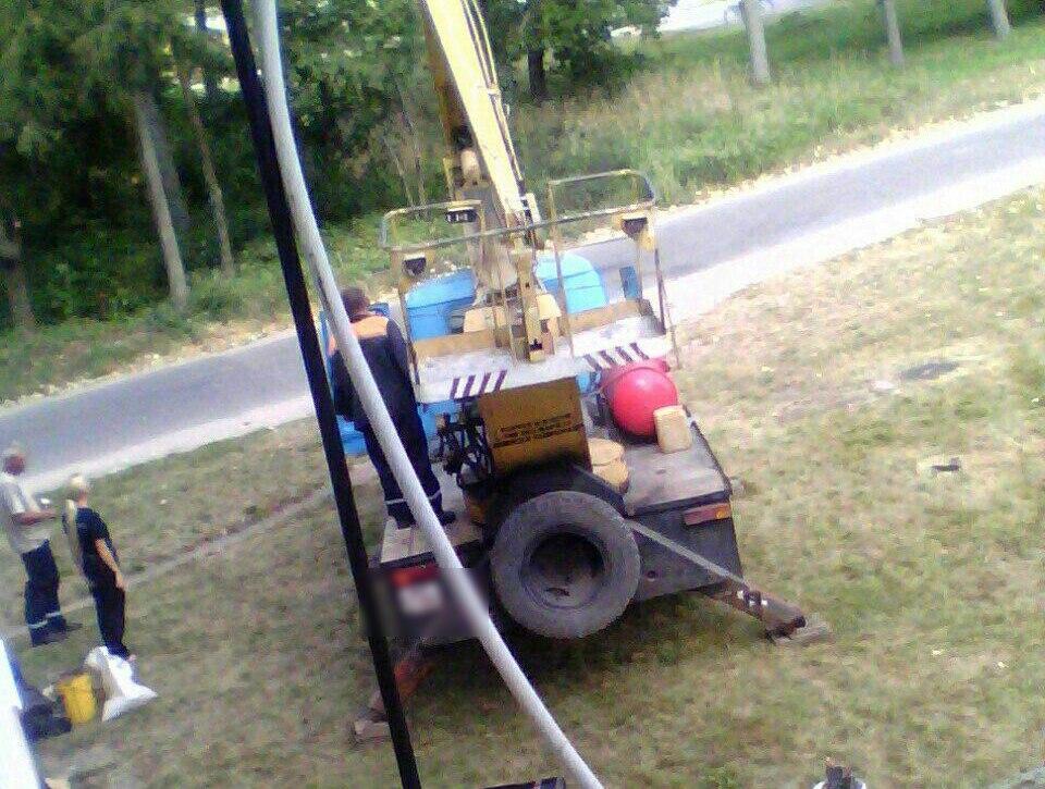 Рабочий выпал из люльки автовышки. Фото: ВКонтакте