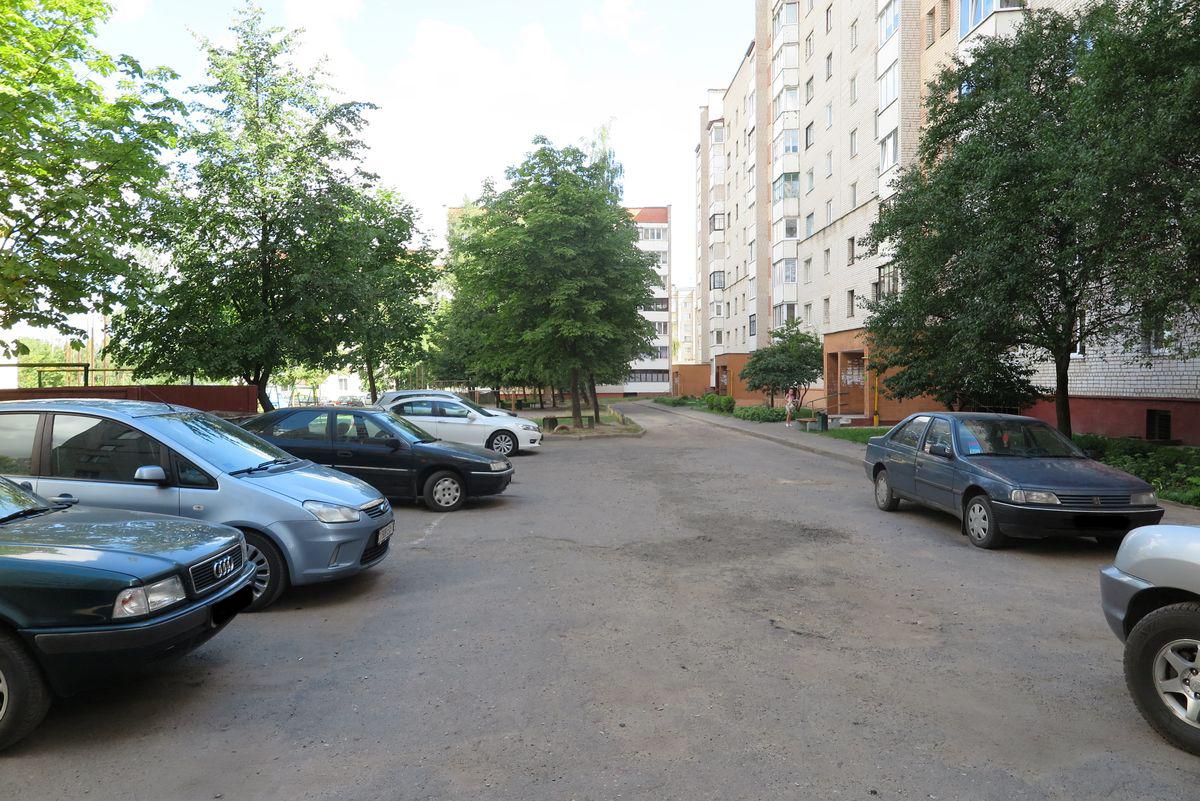 Двор дома №24/1 на улице Парковой. Здесь вскрыли несколько автомобилей.