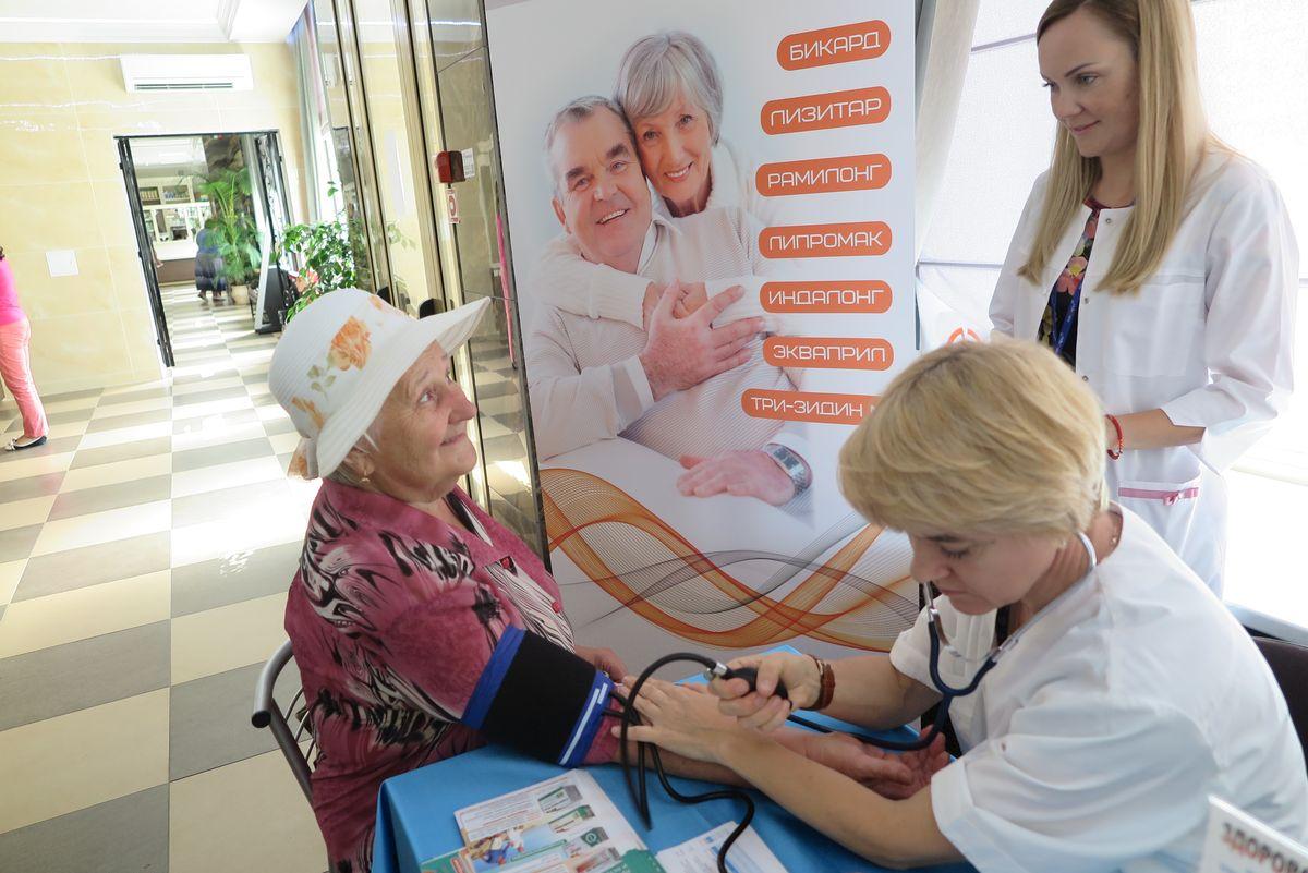 Врач-терапевт Жанна Ушакова измеряет артериальное давление посетительнице аптеки Александре Гурин.