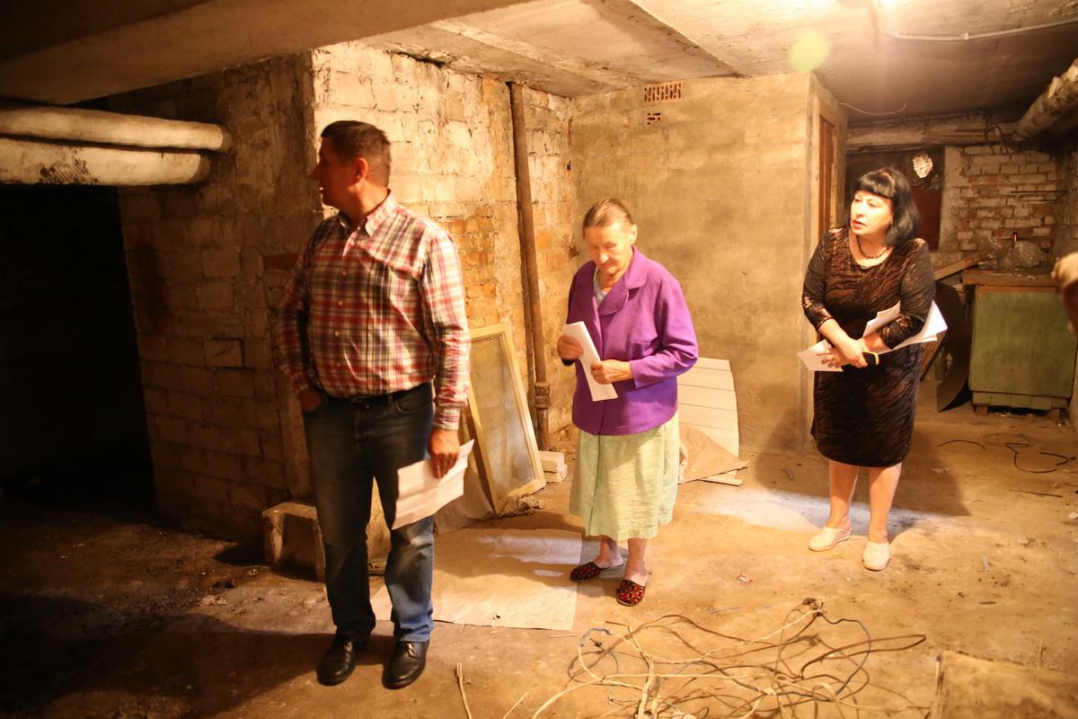 Эдуард приехал к маме (на фото в центре) в гости из Бобруйска. Он переживает, что, если подвал у нее заберут, мать останется без запасов на зиму. Фото: Татьяна МАЛЕЖ