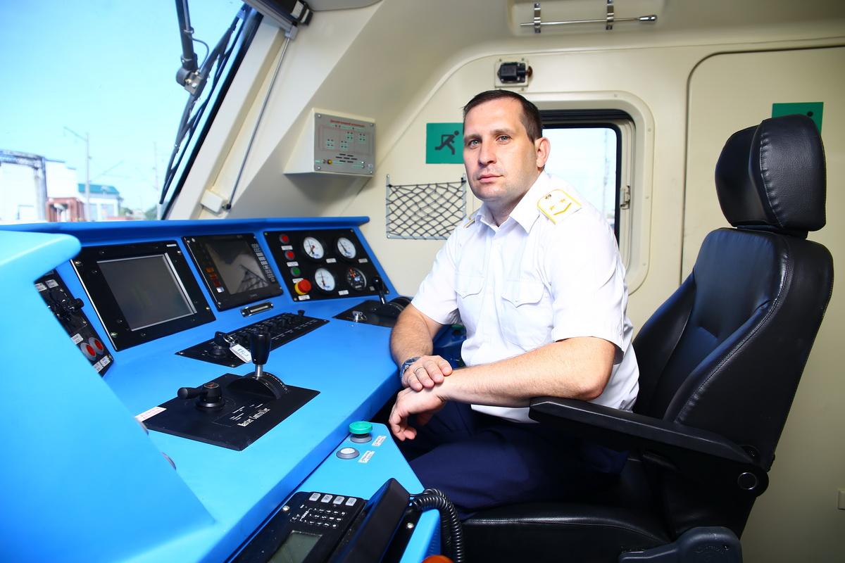 Машинист Виктор Щепинов в кабине грузового электровоза БКГ1. Фото: Евгений ТИХАНОВИЧ