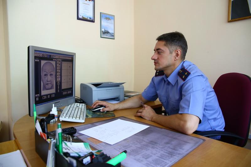 Дмитрий Болуков составляет фоторобот Александра Солодухи со слов журналиста.  Все фото: Евгений ТИХАНОВИЧ