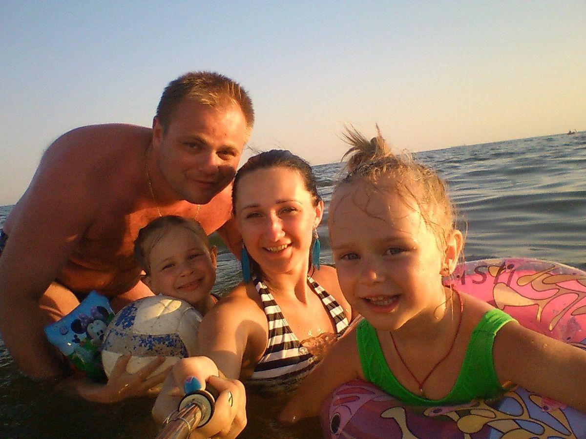 рина Потоцкая с мужем Денисом и дочерьми Юлией (справа) и Алиной (слева) на отдыхе в Коблево в 2016 году. Фото: архив Ирины ПОТОЦКОЙ