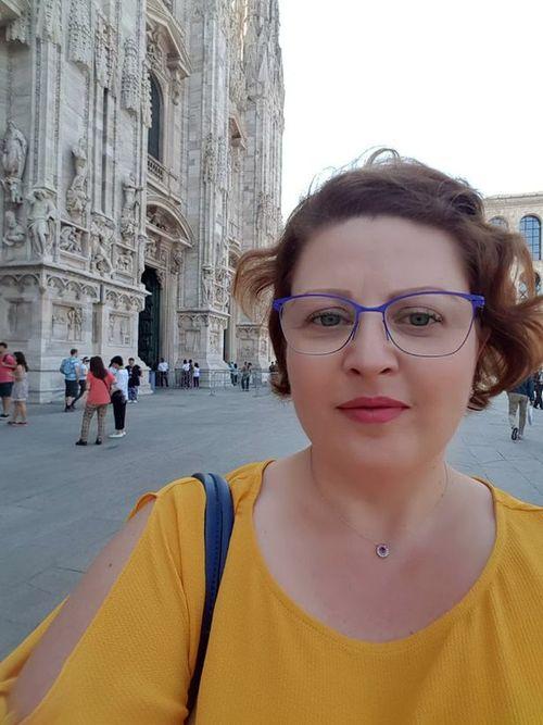 Юлия Шейка около собора Дуомо в Милане.