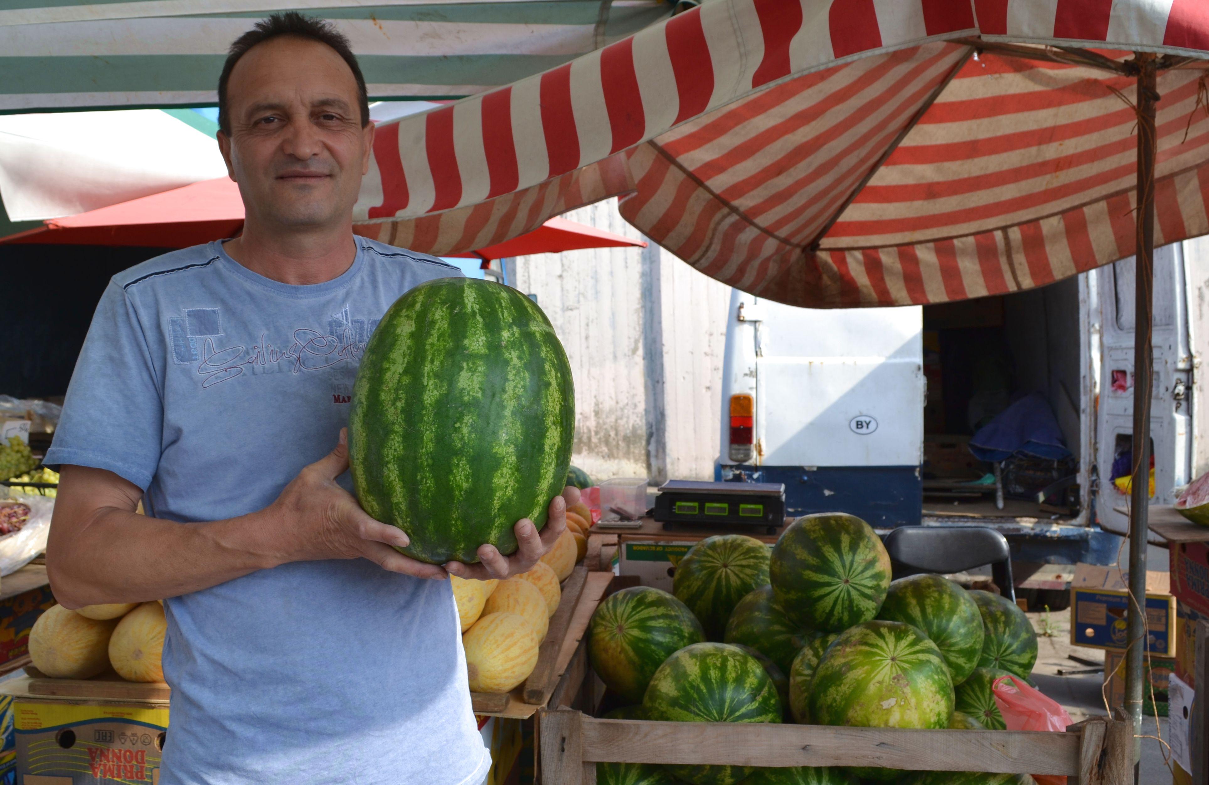 Табассум торгует дынями и арбузами на «Полесском» рынке.