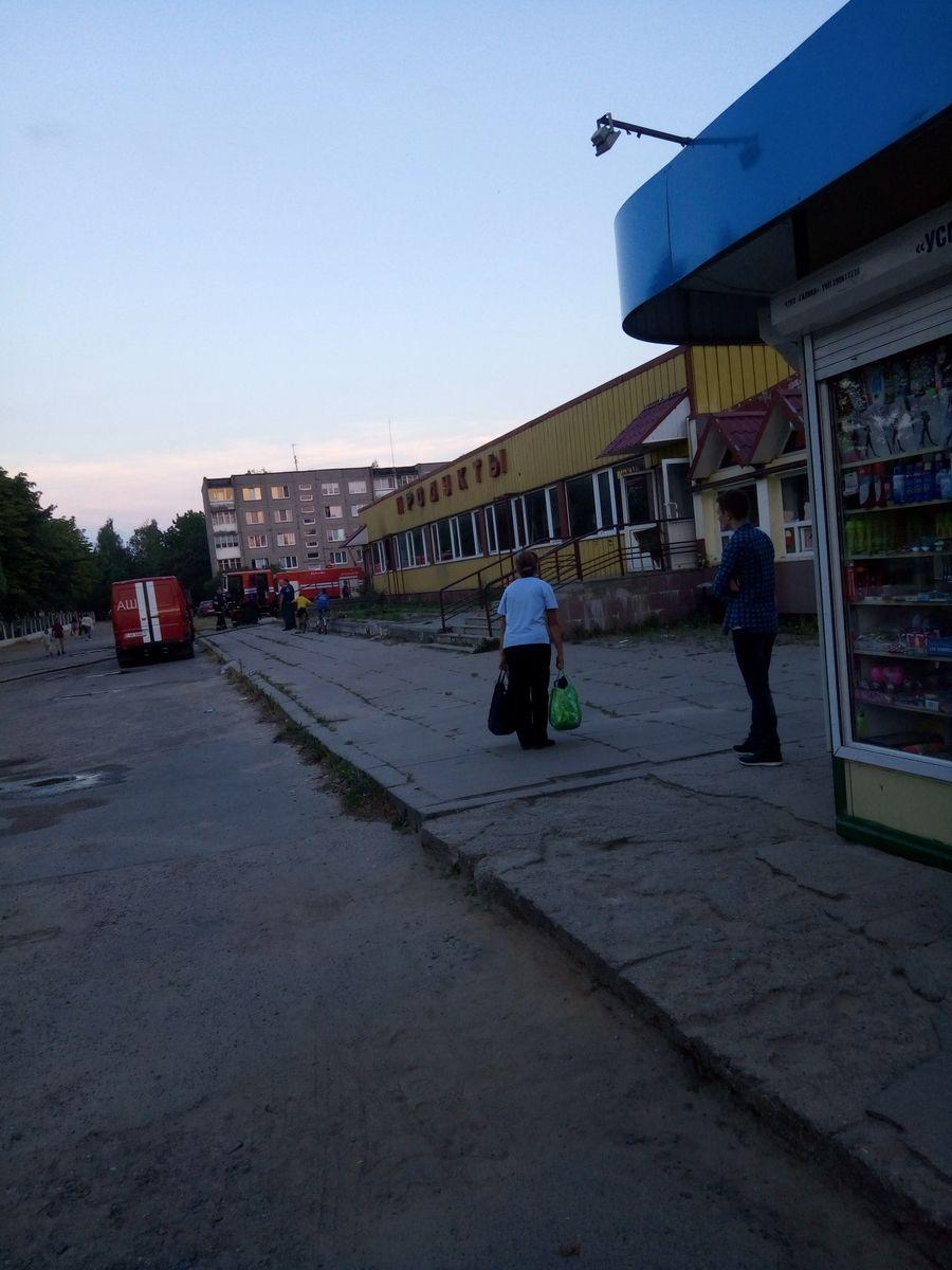 Пожар в заброшенном магазине в Восточном микрорайоне. Фото: Елена КАЗАКЕВИЧ.
