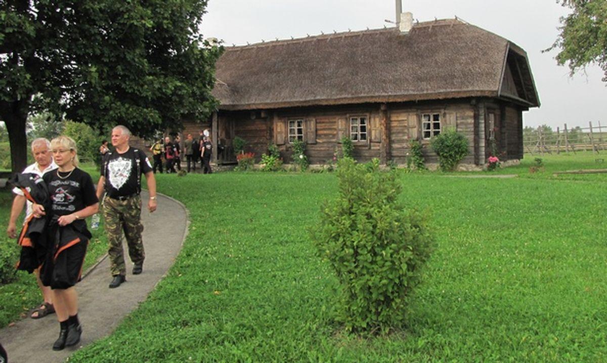 Польскія байкеры часам таксама наведваюць музей-сядзібу Адама Міцкевіча, жнівень 2010 года.