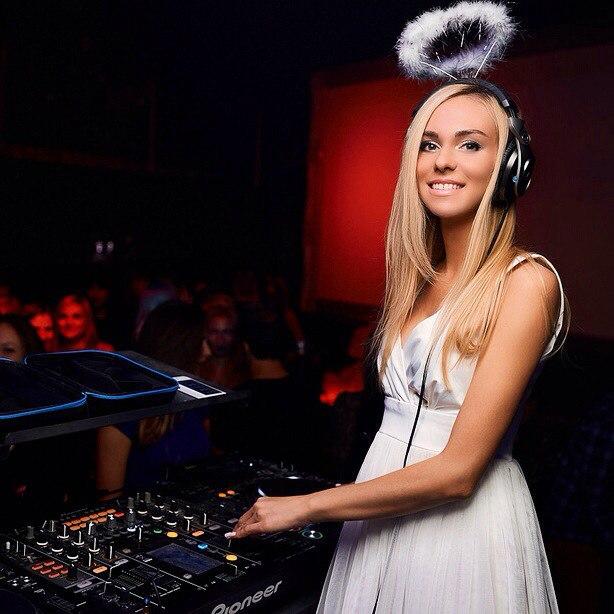 Елизавета играет в ночных клубах и барах в Минске. Фото: https://vk.com/realizadj