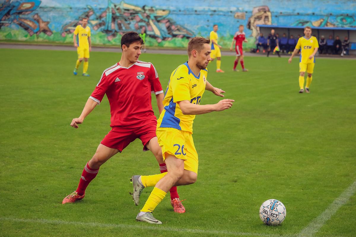 Илья Кухарчик (слева) и нападающий гостей.