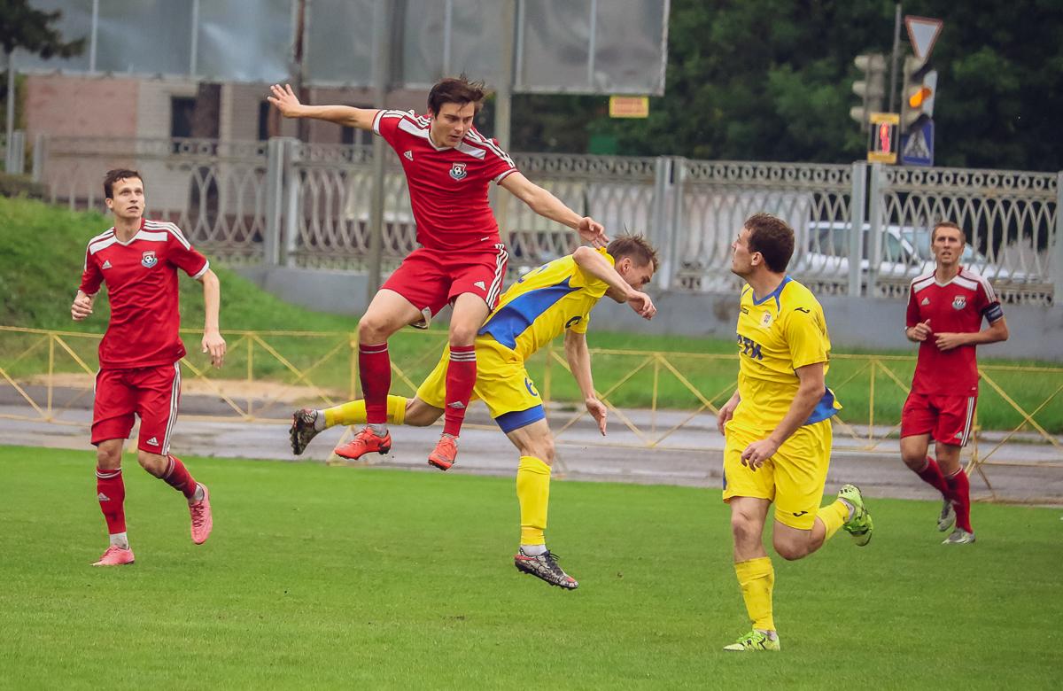 Сергей Новик – борьба за верховой мяч.