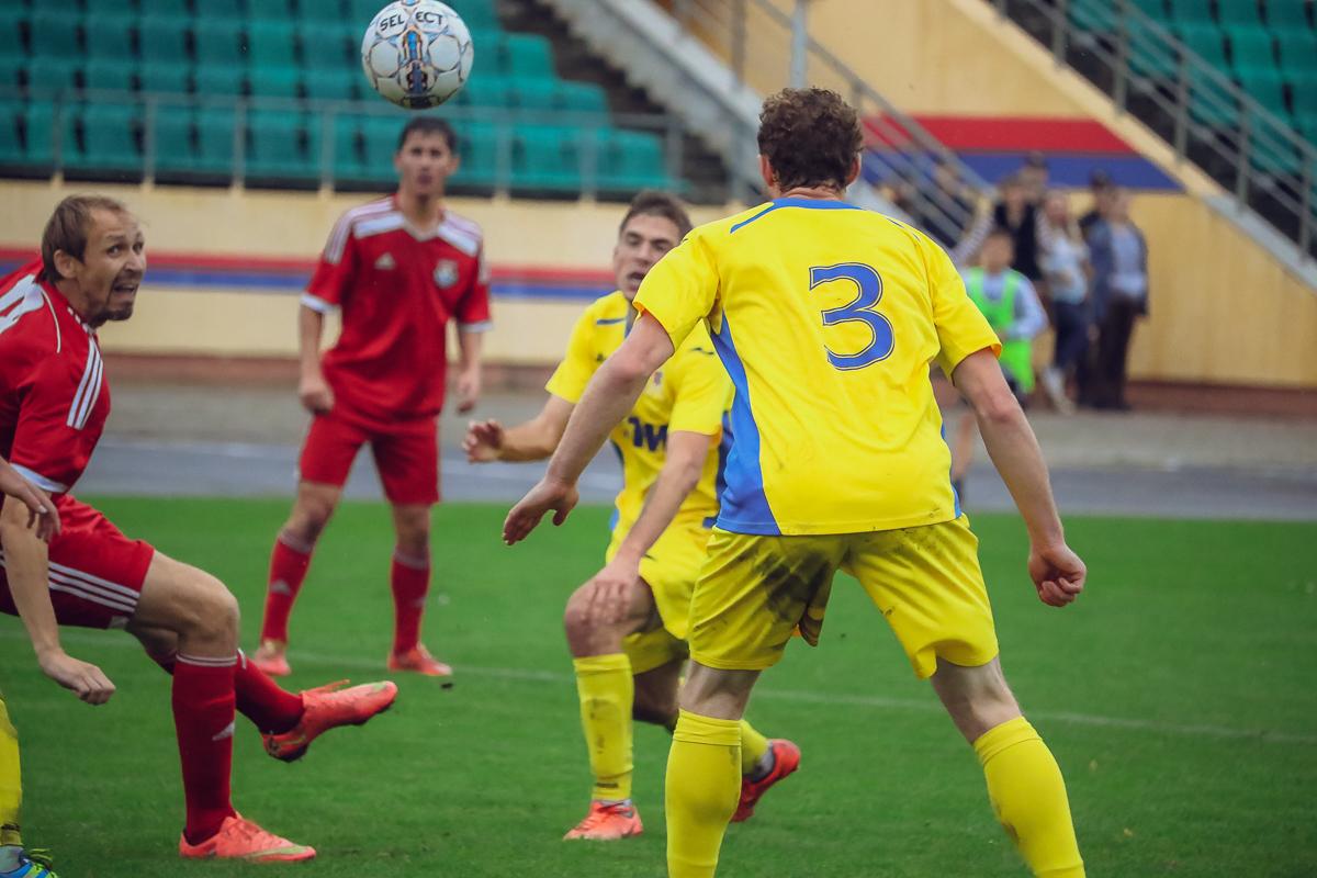Сергей Крот (слева) бьет по воротам.