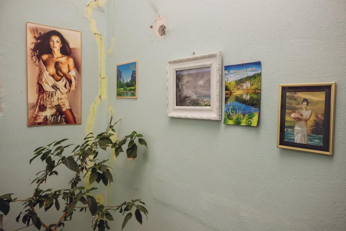 На каждой площадке второго подъезда дома №185 на улице Тельмана много картин. Фото: Александр ЧЕРНЫЙ