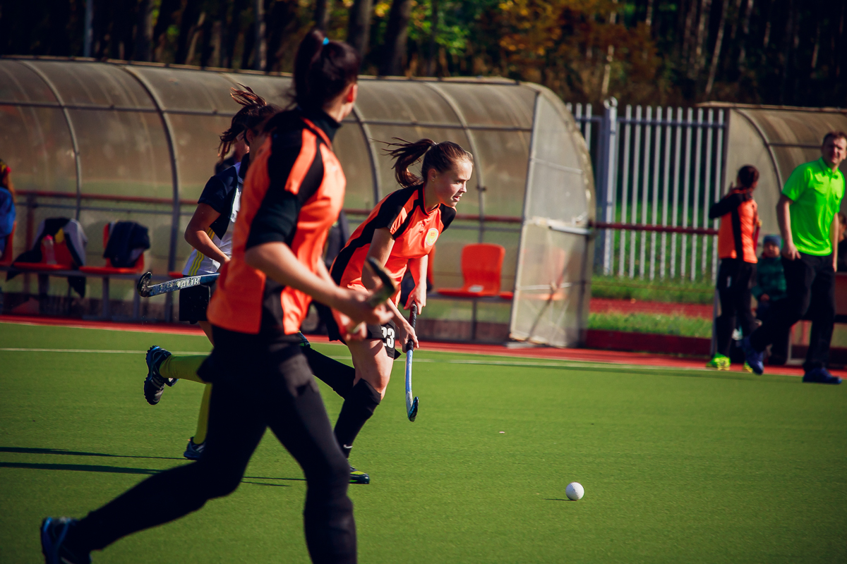Алина Шкиря и Ирина Семенова (с мячом) контратакуют.