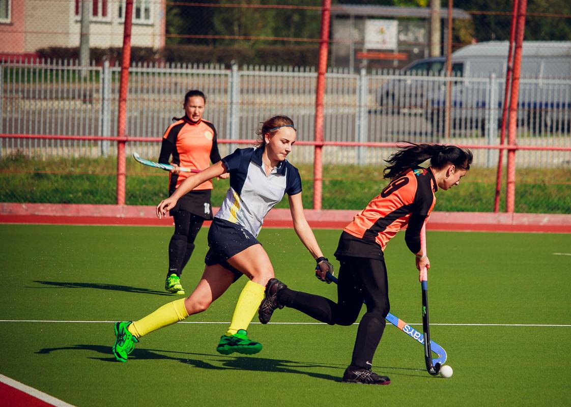 Елена Глухань (слева) и Ульяна Косабуцкая (с мячом) переходят в атаку.
