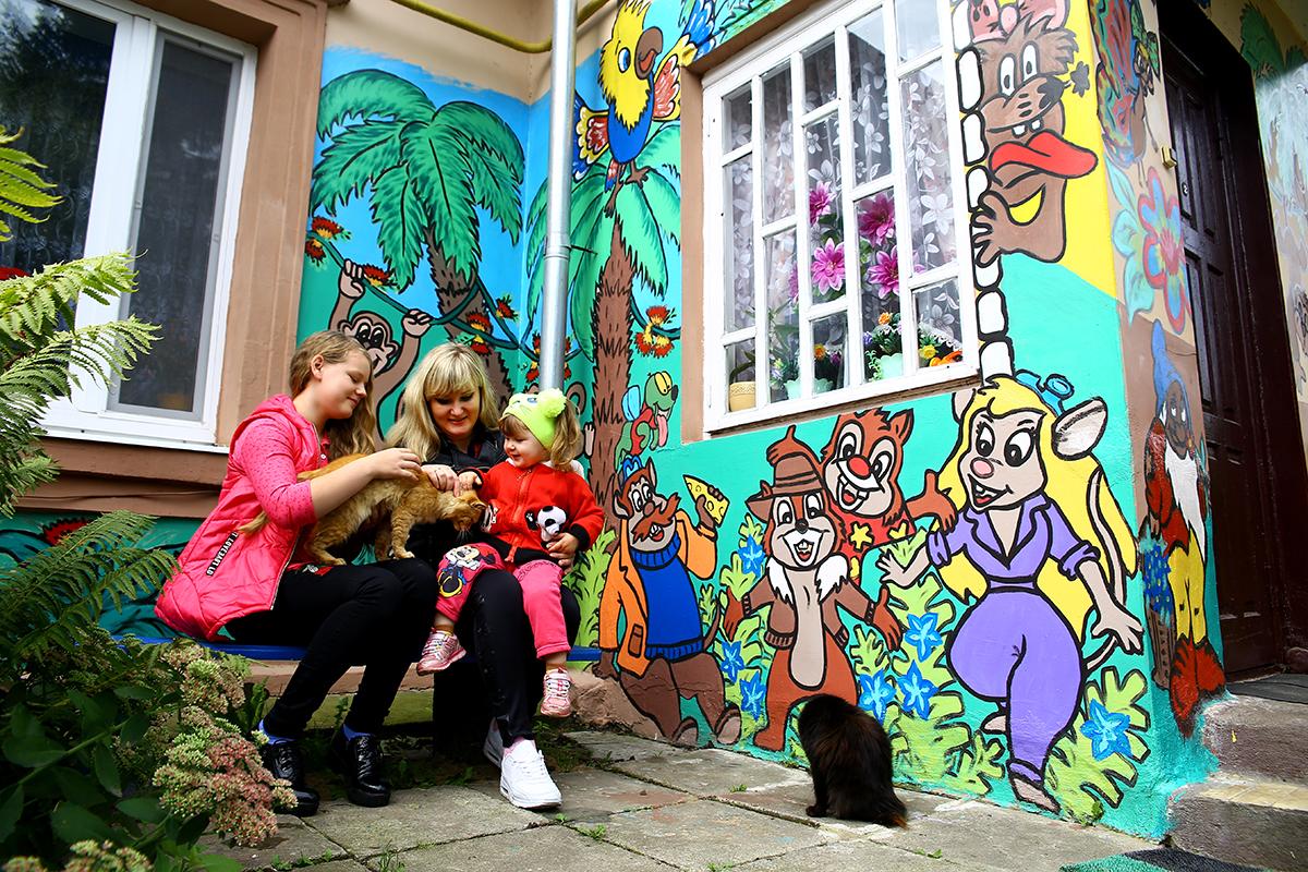 Наталья разрисовала свой дом для дочерей Маргариты (слева) и Влады (справа).