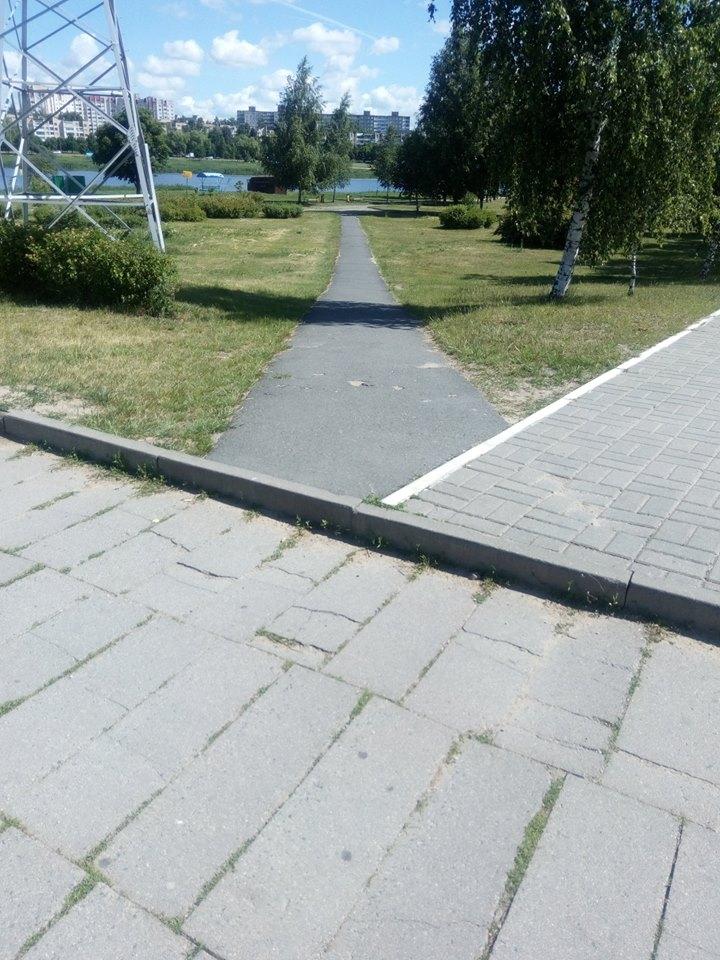 Бордюры в Северном микрорайоне. Фото: Николай ЧЕРНОУС