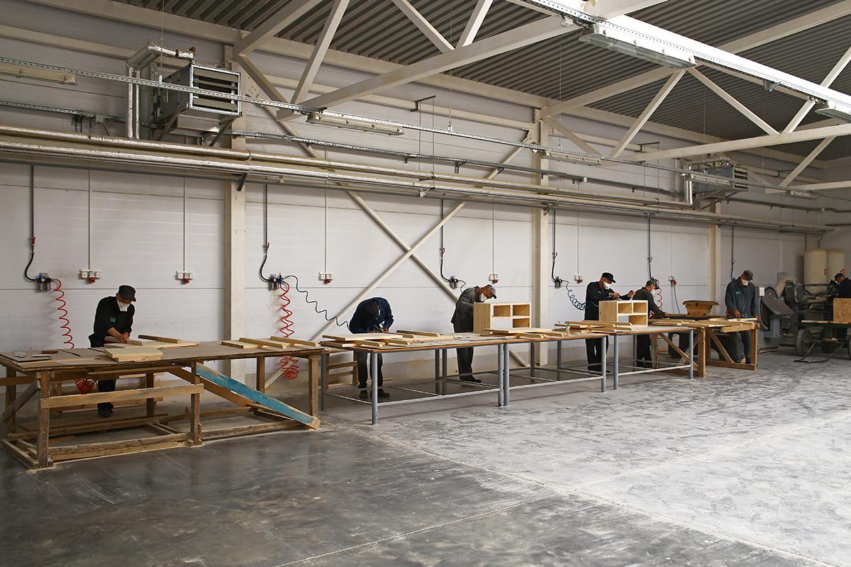 ИК №22 занимается выпуском деревянной мебели.