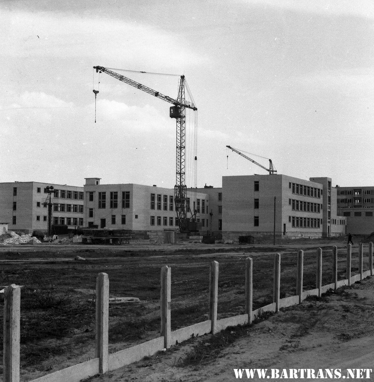 Строительство средней школы №17, ул. Циолковского, июнь 1975 года. Фото: И.И. Сапега, сайт bartrans.net