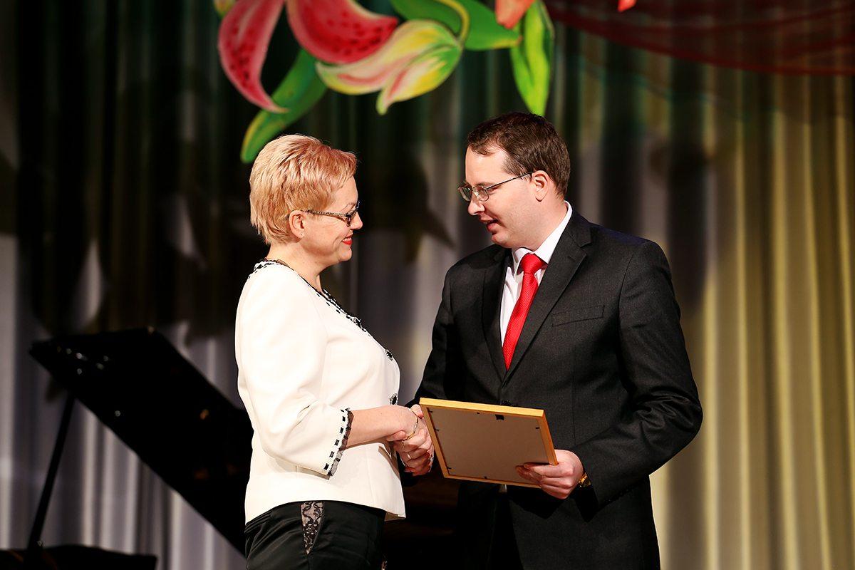 Алексей Гарбуз вручает грамоту Оксане Прусевич.