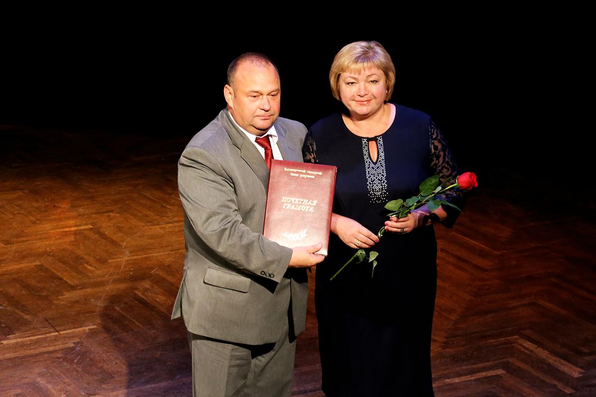 Юрий Громаковский вручает грамоту Марине Лисиной.