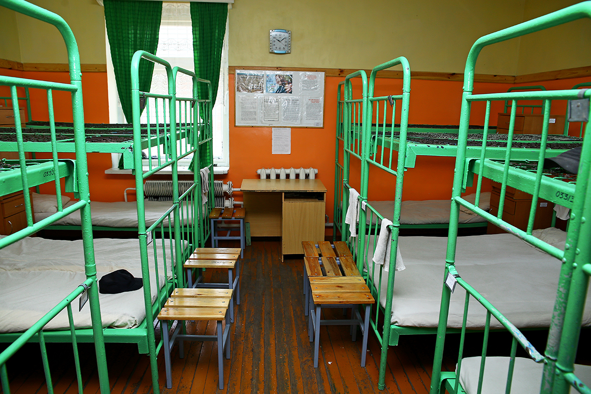 В комнате двухъярусные кровати. Рядом табуретка и тумбочка, рассчитанная на двоих.