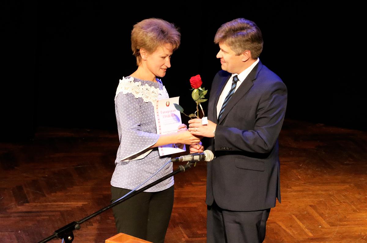 Сергей Пузиков вручает грамоту Наталье Клявзер.
