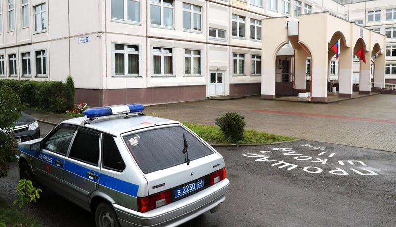 Автомобиль полиции у здания школы в Ивантеевке, где ученик открыл стрельбу. Фото: Сергей САВОСТЬЯНОВ / ТАСС / Scanpix / LETA