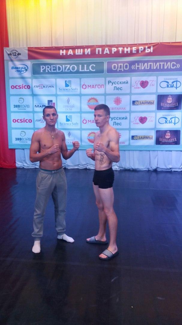 Евгений Олейник (справа) перед боем.