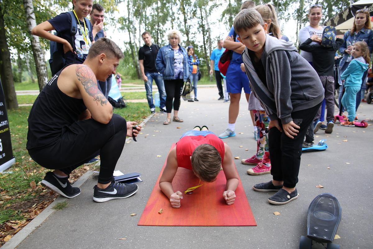 Конкурс от фитнес-клуба «Волат»: кто дольше по времени продержится на локтях и носочках.