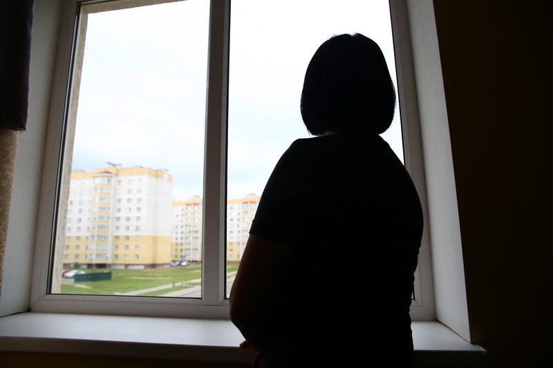 30-летняя Катерина* 12 лет посещает психотерапевта, чтобы бороться с депрессией. Женщина признается, что выйти на улицу ей бывает трудно до сих пор. Фото: Евгений ТИХАНОВИЧ