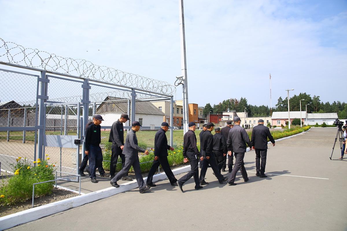Отряд осужденных направляется из общежития в промзону на работу. Фото: Евгений ТИХАНОВИЧ