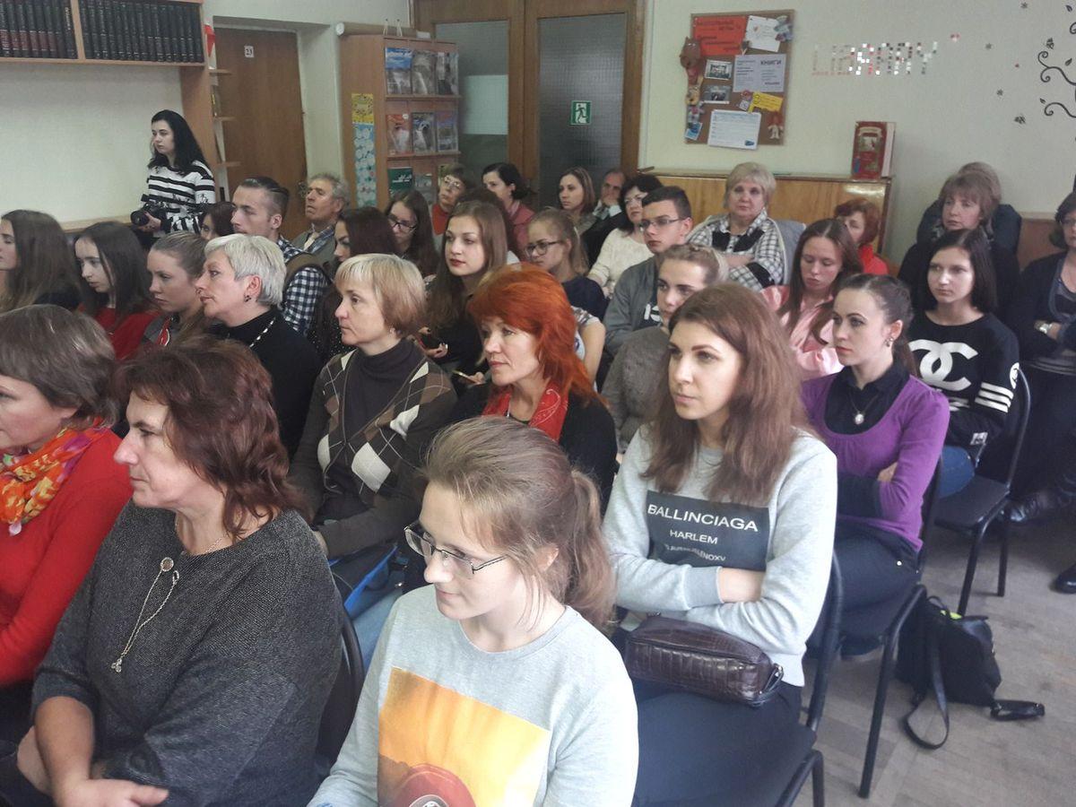 На мероприятие пришли барановичские поэты и студенты БарГУ.