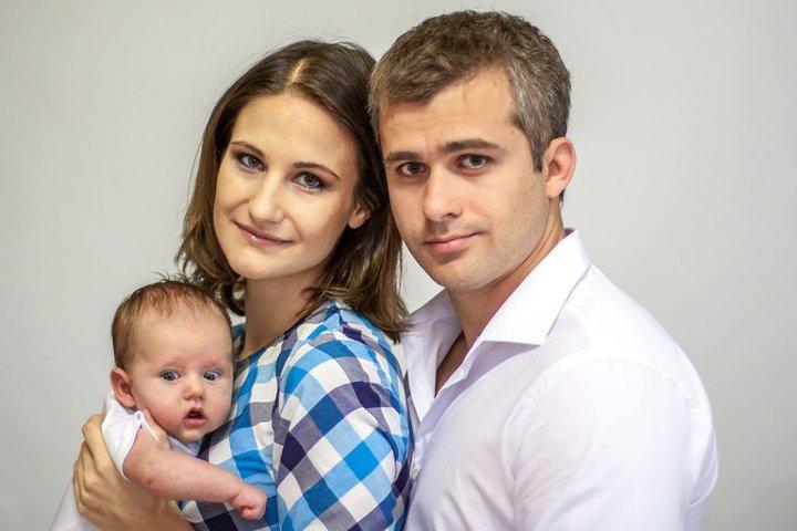 Ольга, ее муж Олег и их старшая дочь Настя. Фото: семейный архив