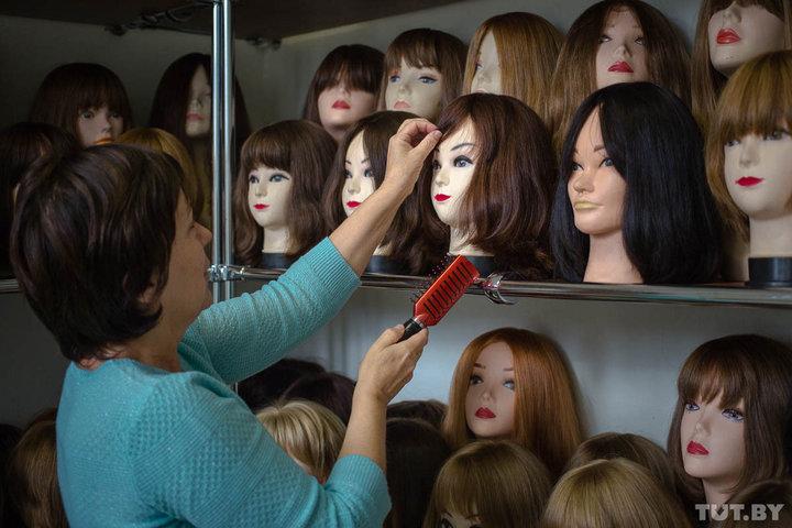 Алла Сергеевна говорит, что в девяностых за месяц можно было собрать до 80 килограммов волос, сегодня — не больше 20. Фото: TUT.BY.