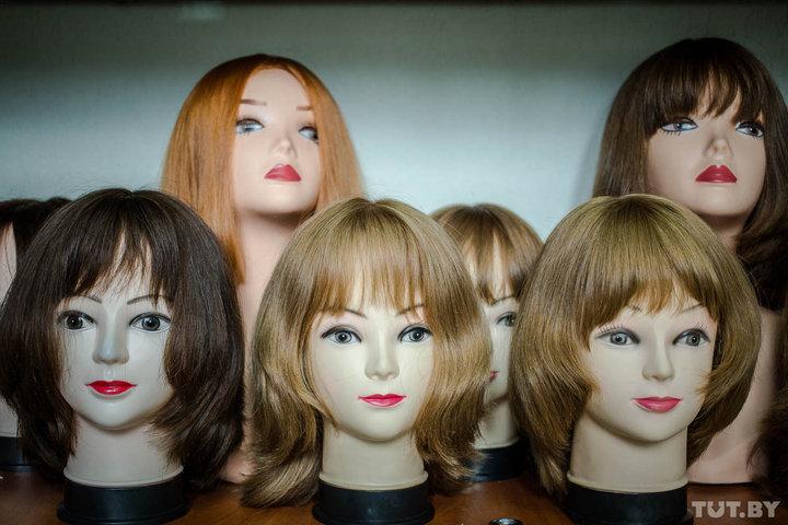 Чтобы изменить цвет волос, в парик добавляют пряди более светлого или темного оттенка — краску для окрашивания в мастерской не используют. Фото: TUT.BY.