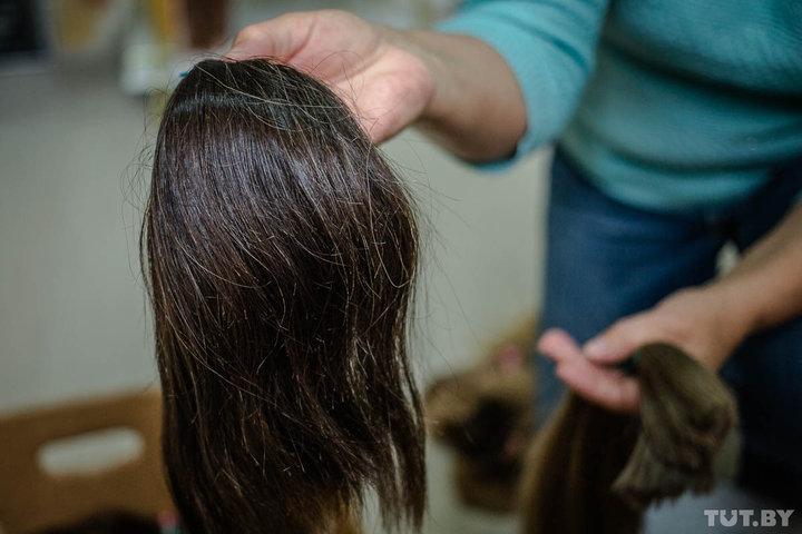 Часто сдавать волосы приходят пенсионерки, поэтому встречаются пряди с сединой. Фото: TUT.BY.