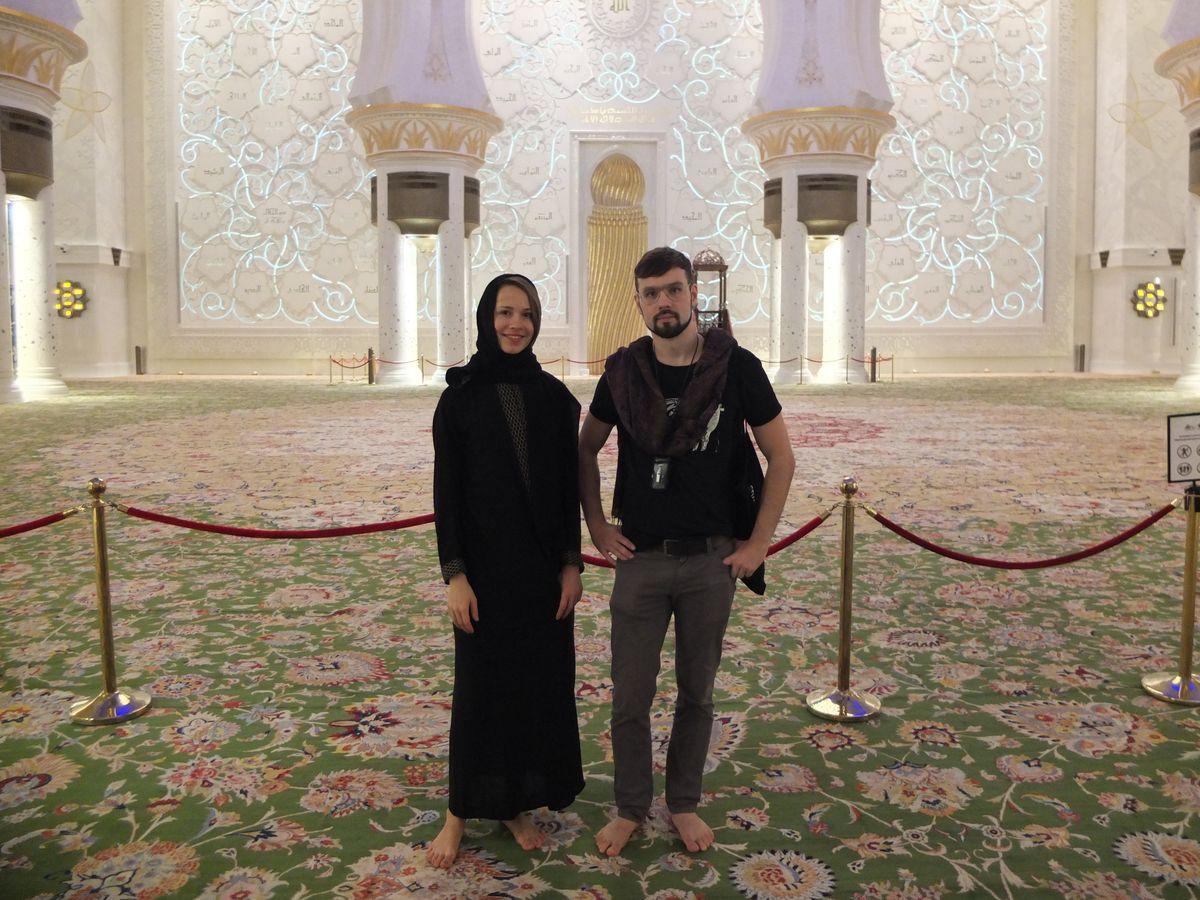 Алена со старшим братом в мечети.