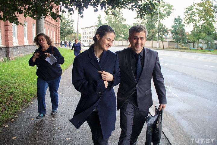 Ольга и Олег Степановы уходят из здания суда, в котором женщине объявили приговор по ее делу, 7 сентября 2017 года. Фото: Игорь МАТВЕЕВ