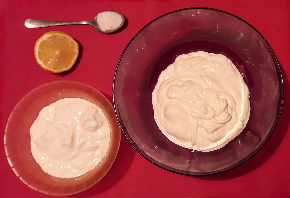 Продукты, которые нужны для приготовления сыра – сметана, йогурт, лимонный сок и соль.
