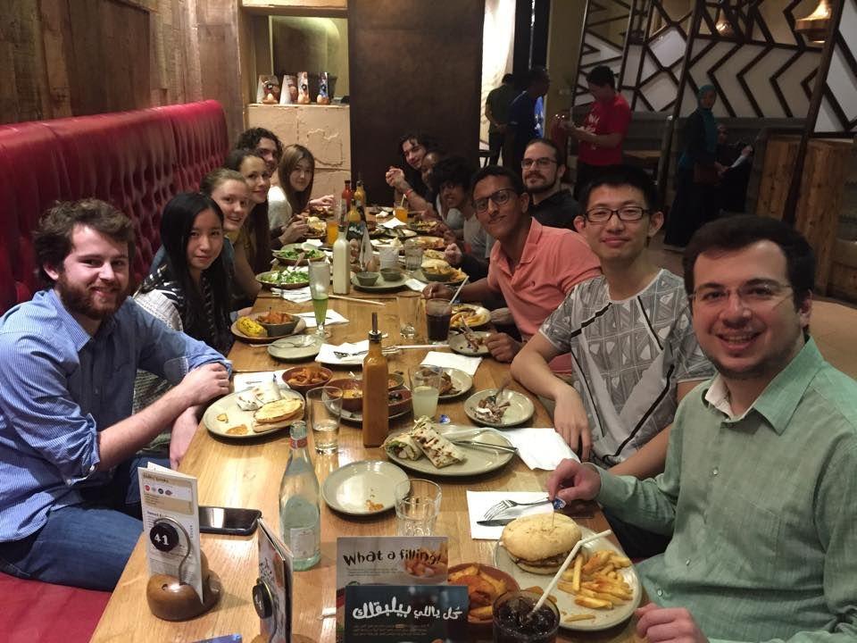 Алена (четвертая слева) со своими друзьями в одном из кафе города.