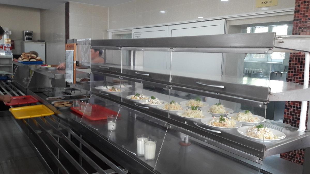За полчаса до закрытия в столовой осталось только несколько видов салатов.
